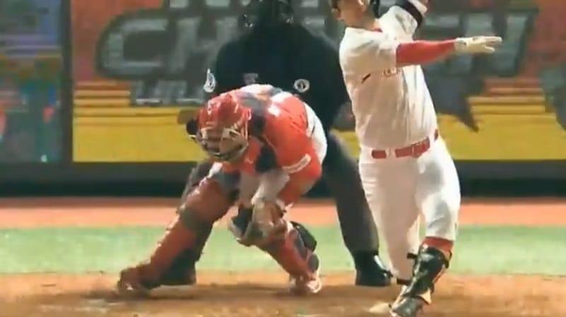 Video: Ilkeä pomppu osui baseball-siepparia kasseille – vastustaja lohdutti potkimalla haaroihin