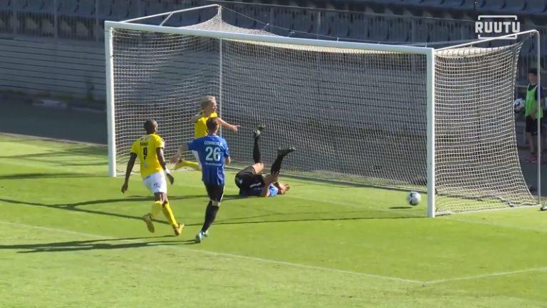 Video: Inter-toppari Arttu Hoskonen toheloi koomisesti – pyllähti ja räpelsi pallon omaan maaliin
