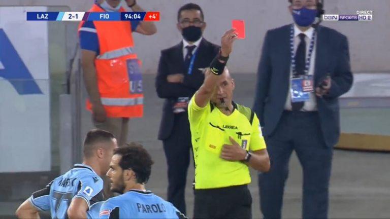 Video: Fiorentinan Dusan Vlahovic näki punaista – tyly isku vastustajaa päähän