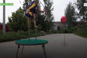 Video: 9-vuotias jousiampuja hämmästyttää taidoillaan - ihmepoika ampuu jaloillaan
