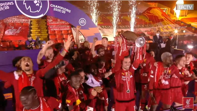 Video: Liverpool pääsi nostamaan mestaruuspokaalin – itse ottelusta muodostui todellinen ilotulitus
