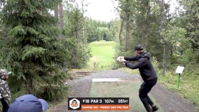 Video: Väinö Mäkelä heitti mahtavan holarin frisbeegolfissa