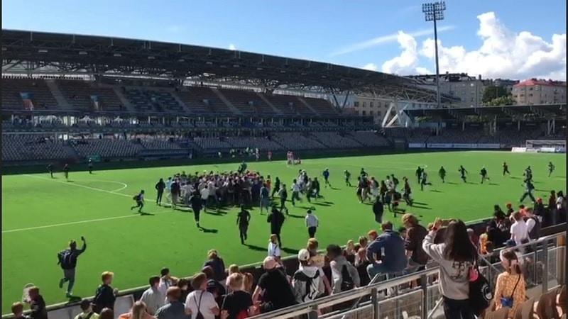 Video: Helsinki Cupissa sattui ja tapahtui – käsirysy ja pitch invasion työllistivät poliisia