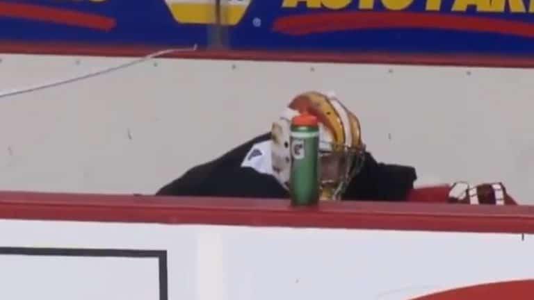 Video: Calgaryn David Rittich poltti hihansa – kyllästyi päätä kohti tulleisiin vetoihin ja piileskeli aitiossa