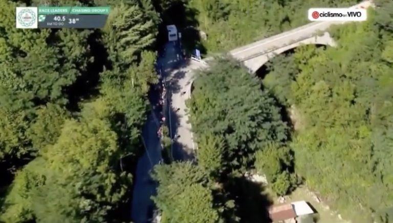 Video: Lombardian ympäriajossa hirvittävä onnettomuus – superlupaus lensi kiviaidan yli rotkoon