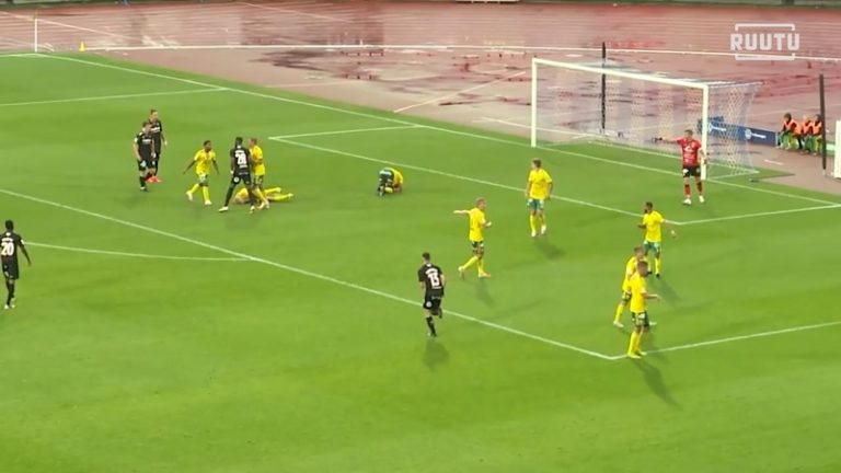 Video: FC Lahden Dimitry Imbomgo kilahti totaalisesti – veti kaksi Ilves-pelaajaa nyrkillä kanveesiin
