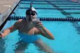 Video: Uskomaton suoritus - olympiakultamitalisti ui altaanmitan maitolasi päänsä päällä