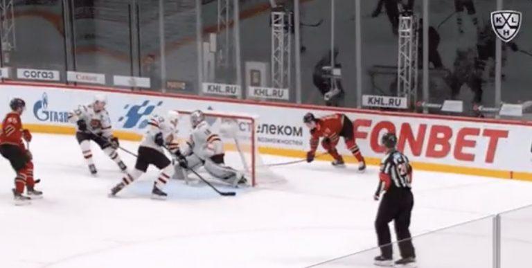 Video: Avangard Omskin Sergei Shumakov painoi jäätävän ilmaveivimaalin KHL:ssä