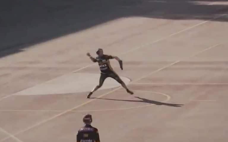 Video: Toni Kohonen teki häikäisevän polton – nappasi pallon paljaaseen käteen ja heitti toiselle puolelle kenttää