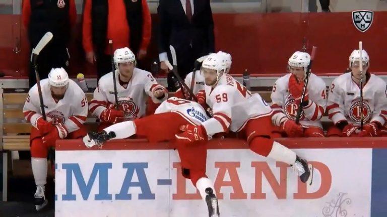 Video: Koominen sähellys KHL:ssä – Kaukalon laita oli lähes ylittämätön este Vitjaz-pelurille