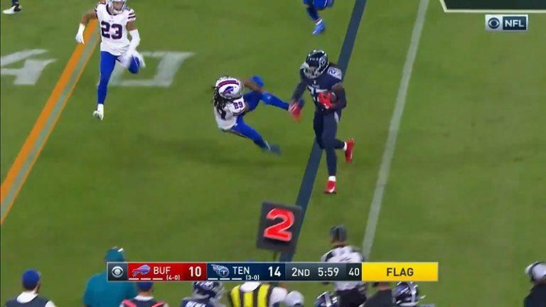 Video: Billsin taklaaja sai koomisesti kyytiä NFL:ssä – Titansin pallonkantaja heivasi tylysti pois tieltä