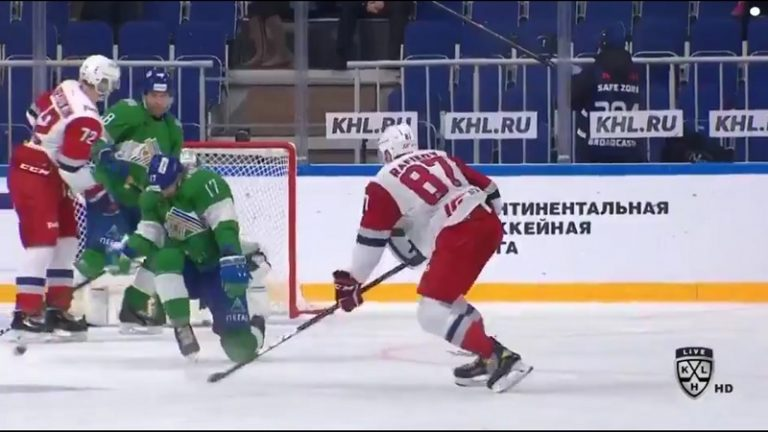 Video: Pelottava tilanne KHL:ssä – kova laukaus osui Ufa-pelaajaa kurkkuun