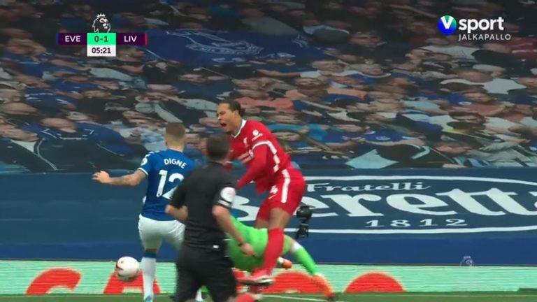 Video: Pitkä huili luvassa? – Everton-vahti rysähti karusti Virgil Van Dijkin jaloille