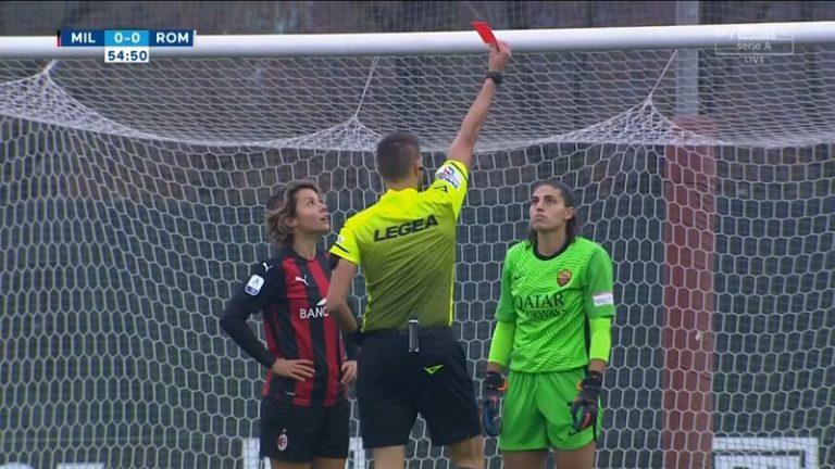 Video: Naisten Serie A:ssa nähtiin futiskauden hämmentävin punainen – Roma-kassari lensi ulos maalipotkun takia