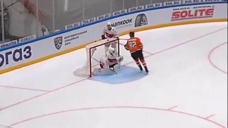 Video: Koominen maali KHL:ssä – kiekko ponnahti maalin katolle, Amur-hyökkääjä koukkasi kiekon muina miehinä ilmasta sisään