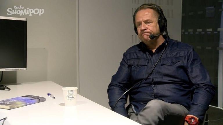 """Kirja: Ilves-pelaajalle tehtiin huikea källi pelimatkalla – Olli Lindholm kertoi pelaajan pahimmat tarinat """"radio-ohjelmassa"""""""