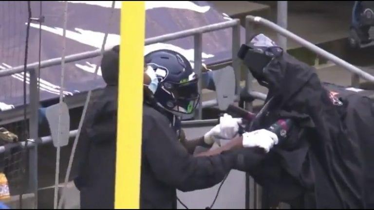 Video: Touchdown-juhlinta lähti laukalle – Seahawks-pelaaja valtasi tv-kameran ja sai reippaat sakot