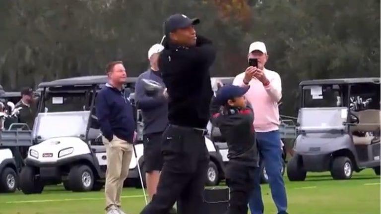 Video: Tiger Woods ja 11-vuotias Charlie-poika ovat kuin kaksi marjaa – pojalla identtiset liikkeet ja yhtä mielettömät lyönnit