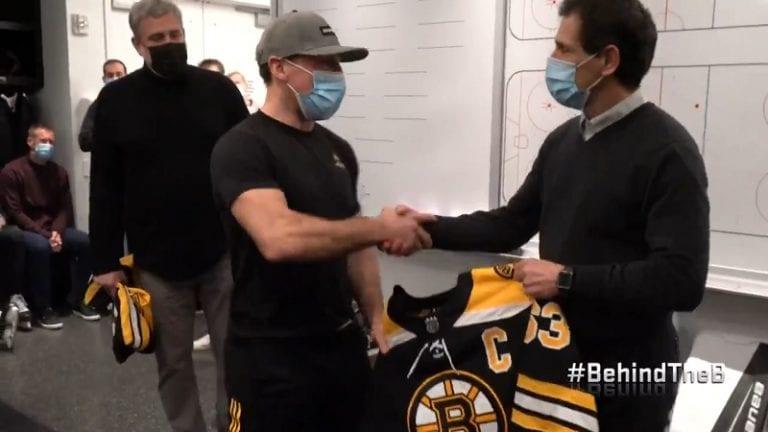 Video: Bruins-GM narutti joukkuetta kapteenin julkistuksessa – antoi Brad Marchandille C:n ennen kuin pila paljastettiin