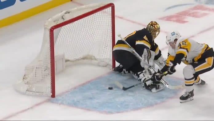 Kasperi Kapanen Pittsburgh Penguins & Tuukka Rask Boston Bruins / Pallomeri.net