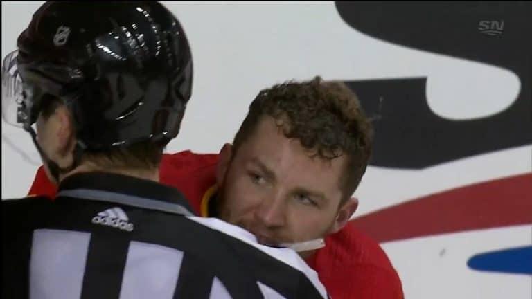 Video: Kuuma loppu NHL-pelissä – Matthew Tkachuk raivostui, kun Toronto-pakki vippasi kiekon rinnuksille