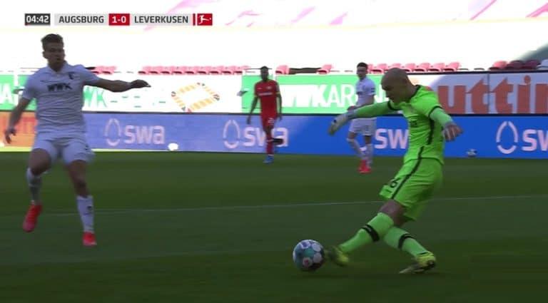 Video: Leverkusen-veskarilta karmea moka – potkaisi ohi pallosta ja lahjoitti Augsburgille maalin