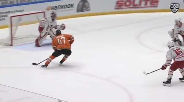 Video: KHL-veskarilta täydellinen jäätyminen maalilla – katsoi aivan muualle vastustajan iskiessä jatkoaikamaalia