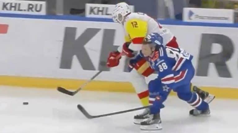 Video: Marko Anttila sai uskomattoman jäähyn KHL:ssä – tuomarilta huikea ylireagointi