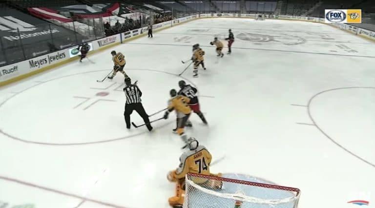 Video: NHL:ssä absurdia menoa – linjatuomari hoiti maskimiehen roolia Juuse Saroksen edessä