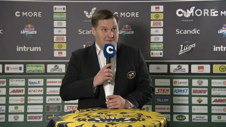 """Video: """"Siis…anteeksi…"""" – Ilves-Kärpät -ottelun lehdistötilaisuuden alku meni koomisesti vihkoon"""