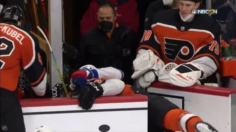 Video: Flyers- ja Rangers-pelurin nujuaminen päättyi koomisesti – rojahtivat vaihtoluukusta sisään