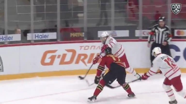Video: Avangard Omskin Ilja Kovaltshuk sikaili itsensä suihkuun KHL:n pudotuspeleissä