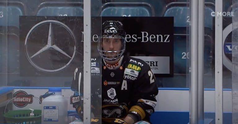 Video: Naurettava vihellys – Shaun Heshka passitettiin jäähylle päähän kohdistuneesta taklauksesta