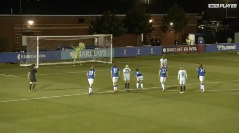 Video: Helmareiden Tinja-Riikka Korpela nappasi huiman rankkaritorjunnan Englannin Superliigassa
