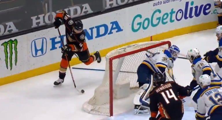 Video: Trevor Zegras yritti NHL-uransa avausmaalia ilmaveivillä – Ville Husso oli kuitenkin hereillä