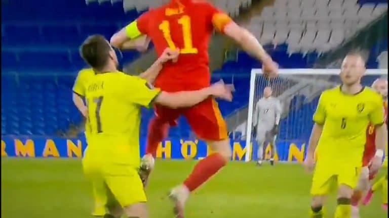 Video: Gareth Bale veti Glen Kamaralle rasistisesti huudellutta Tshekki-pelaajaa tauluun – oliko temppu tahallinen?