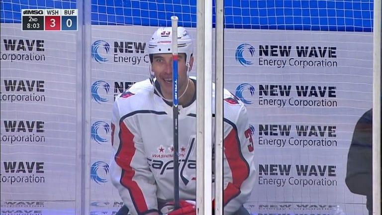 Video: NHL-tuomarilta hämmentävä sekoilu – Zdeno Chara kaadettiin, osui kaatajaa luistimella ja tuomari passitti jäähylle