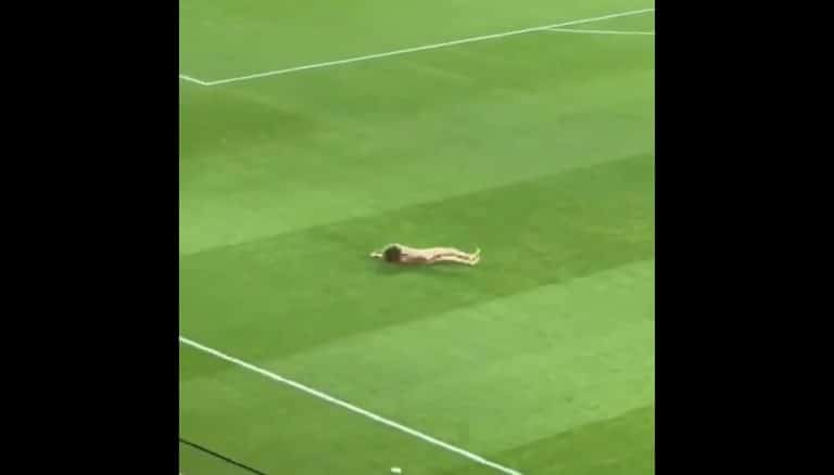 Video: Granada-Man United pelattiin tyhjille katsomoille – alaston viuhahtaja juoksi silti kentälle