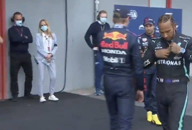 Video: Max Verstappen ja Lewis Hamilton ottivat miehestä mittaan – törmäilivät varikkoalueella ja perään tiukka katse