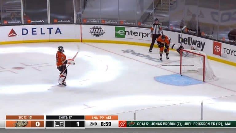 Video: Ducks-puolustus mörhöili kunnolla – Kings-hyökkääjä iski aivan ilmaiseksi alivoimalla