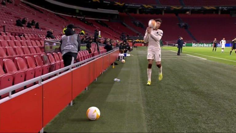 Video: Ajaxin pallopojalla paloi hihat – rankaisi Roma-pakkia ajanpeluusta ja heitti pallolla naamaan