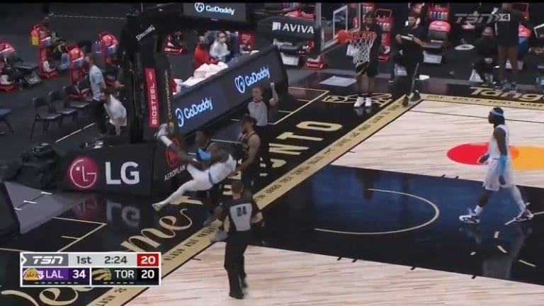 Video: NBA:ssa erikoinen ulosajo – Raptors-pelaaja nosti vastustajan ilmaan ja kippasi tylysti lattiaan