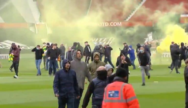 Video: Old Traffordilla täydellinen kaaos – huligaanit valtasivat stadionin nurmen