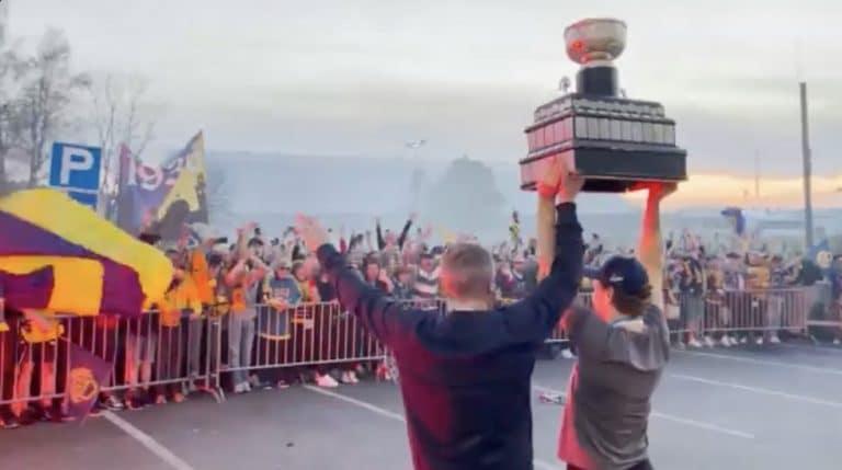 Video: Rauma sekosi mestaruuden jälkeen – pelaajilla vastassa hirveä ihmismassa