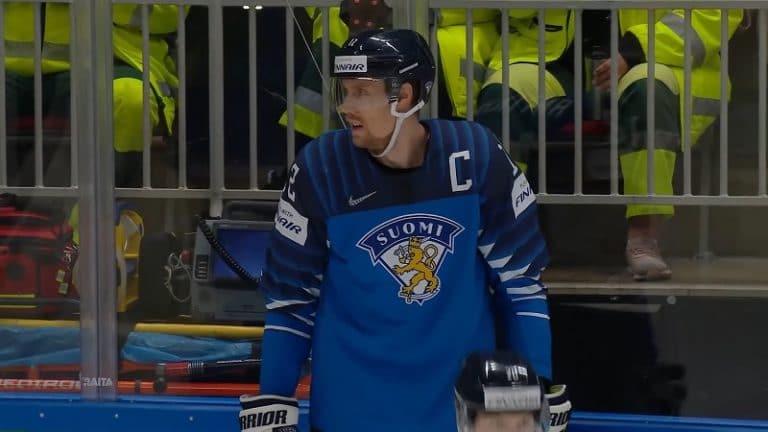 """Video: """"Pakarinen on hiiri!""""  – Marko Anttila heitti mikitettynä herjaa alkulämmittelyissä"""