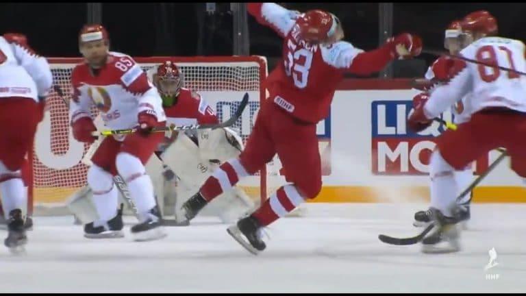 Video: MM-kisoissa jälleen ulosajo – Valko-Venäjän pelaaja lähti suihkuun rumasta taklauksesta