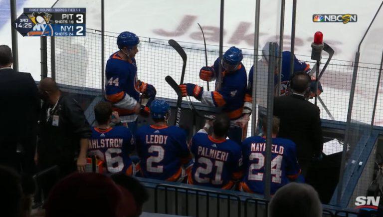 Video: NHL:ssä koominen tilanne – istumapaikat loppuivat jäähyaitiosta joukkonahinan seurauksena