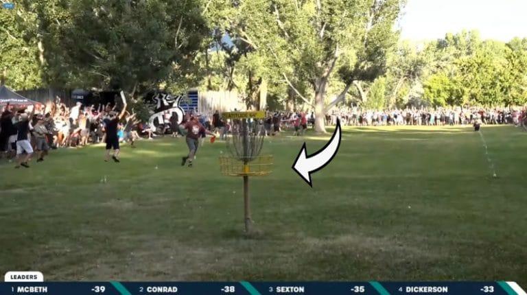 Video: Frisbeegolfin MM-kisoissa uskomaton loppuratkaisu – James Conrad upotti birdien 75 metristä