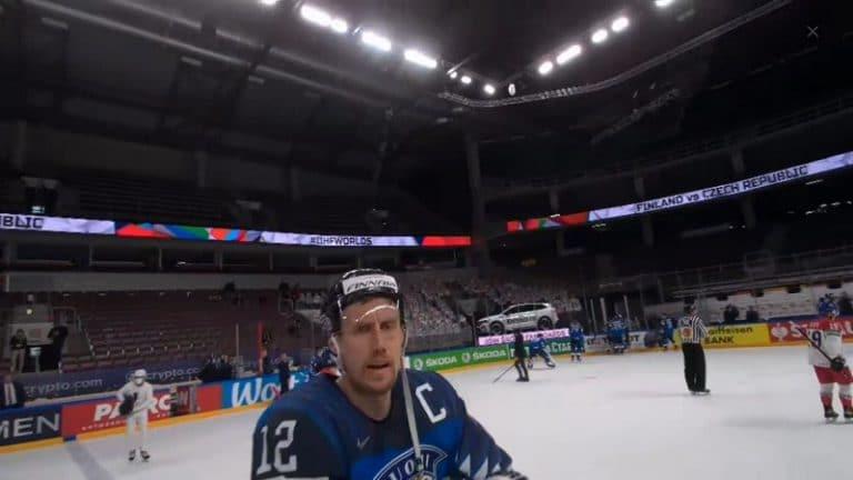 """Video: """"Se on mitä se on"""" – tuomarikameran kuva paljastaa, miten Marko Anttilalle perusteltiin Suomen maalin hylkäys"""
