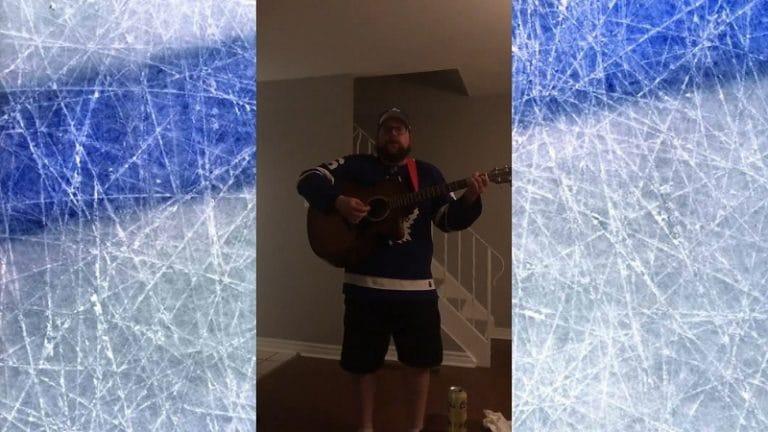 """Video: Leafs-fani purki tappion tuskaa huikealla laululla – """"Kaikki olikin h*******kaa!"""""""